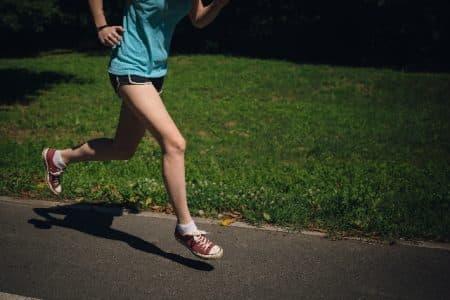 公園でジョギングする女性20のサムネイル画像