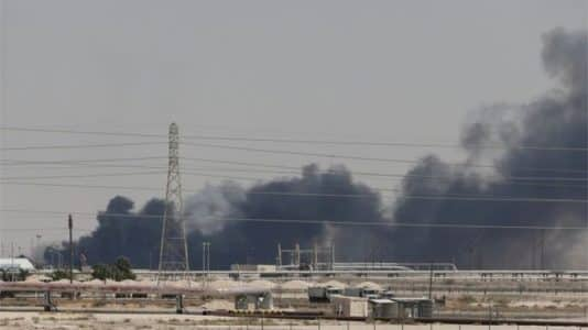 サウジアラビア・アブカイクにある国営石油会社サウジアラムコの施設が空爆を受け、黒煙が上がった(REUTER)