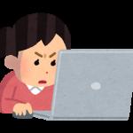 パソコンに熱中する人のイラスト(女性)